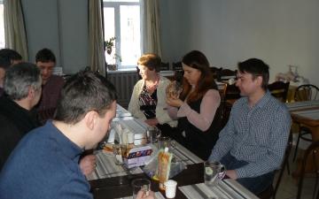 Преподаватель профессор Йозеф Барон и студенты в предвкушении обеда | Март 2018